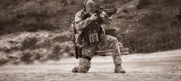 Private Military Contractor (PMC) dispara uma caçadeira de combate Fabarm, na sequência de um treino de contra-embuscada. A caçadeira de Combate é uma arma muito usada em situações de curta distância devido ao seu elevado poder de fogo. Em 2 a 3 segundos consegue colocar cerca de 45 bagos de 9mm num alvo, poucas armas conseguem bater isto.