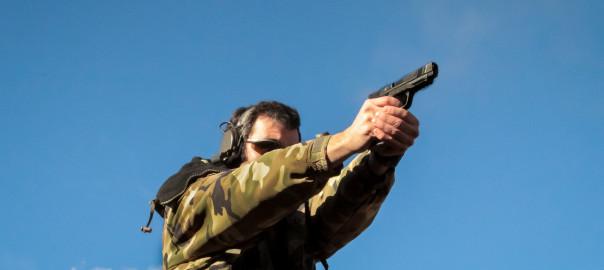 Elemento de uma empresa militar privada treina com a sua pistola Smith & Wesson M&P45. A S&W é conhecida por fazer excelentes armas, e a linha M&P parece ser das poucas armas que consegue dar luta à reputadíssima Glock. O calibre .45ACP continua a ser um dos dois calibres favoritos dos operacionais Norte Americanos e o modelo M&P45 vem colmatar grandes lacunas.