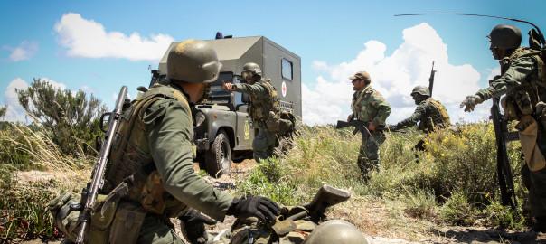 Fuzileiros Portugueses controlam o perímetro e assistem soldado ferido até à chegada de uma Ambulância.