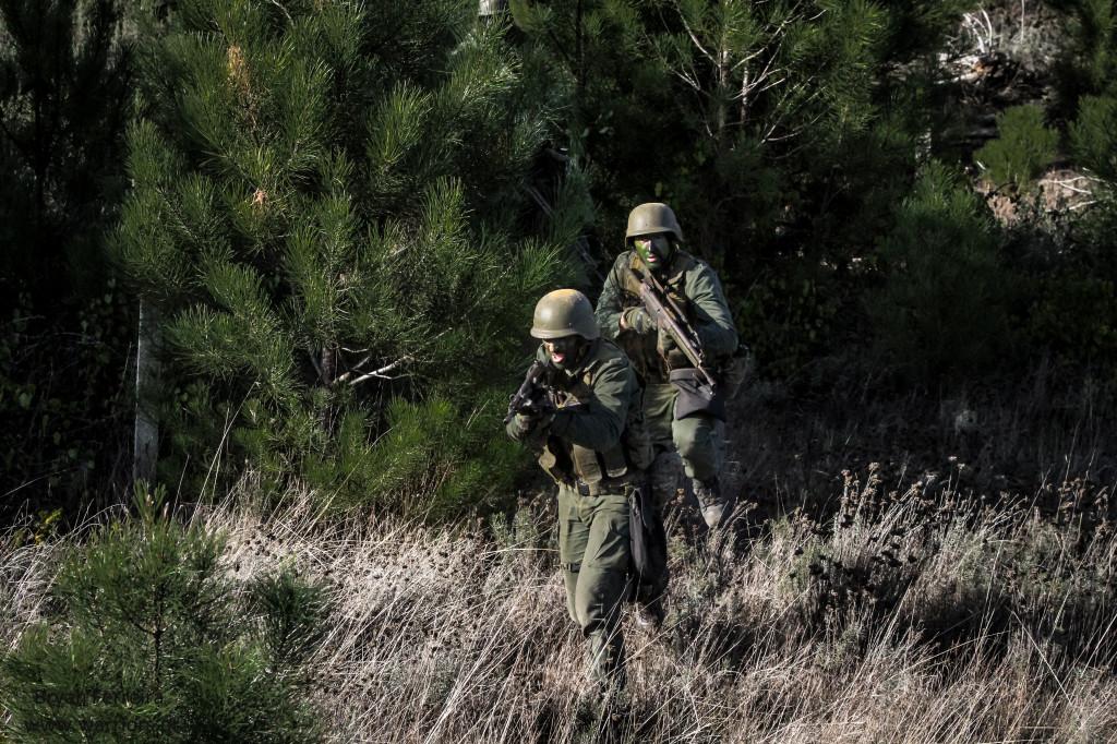 Fuzileiros Portugueses assaltam posição inimiga. Vão equipados de Espingarda automática G3.
