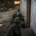 Fuzileiros Portugueses assaltam uma moradia inimiga. O treino em areas edificadas é de extrema importância nos dias de hoje. Estes fuzileiros estão equipados com a espingarda automática G3.