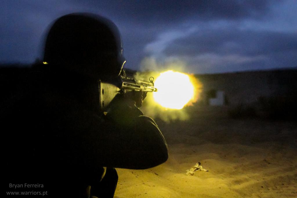 Mar Verde 2014, Fuzileiro Português efectua Tiro nocturno com espingarda automática G3.