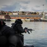 Elementos do GAT preparam-se para uma missão de VBSS, estão armados com espingarda de assalto HK416