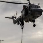 Elementos do GAT executam fast rope para bordo de um navio. Estão armados com a espingarda de assalto HK416