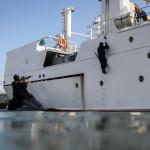 Elementos do GAT executam missão de Visit, board, search, and seizure. Enquanto alguns elementos dão cobertura com a espingarda de assalto HK416, outros sobem a bordo da embarcação.