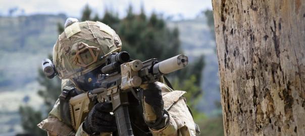 Elemento da Força de Operações Especiais dispara a espingarda de assalto HK416 equipada de silenciador