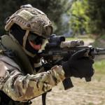 """Elemento da Força de Operações Especiais dispara a espingarda de assalto HK416 com cano de 14,5"""""""