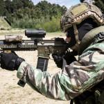 """Elemento da Força de Operações Especiais dispara a espingarda de assalto HK416 com cano de 11"""""""