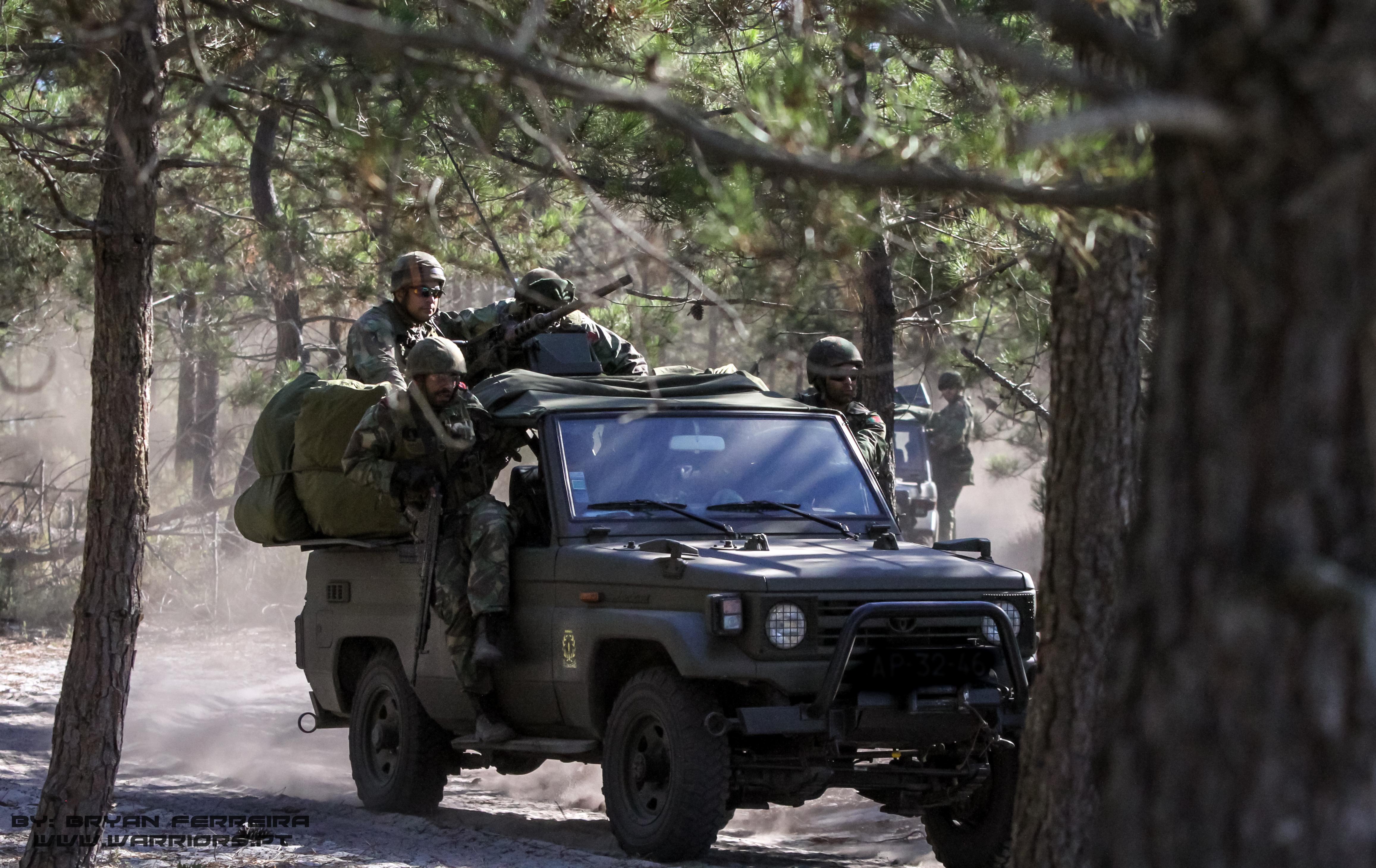 Elementos do Pelotão Anti-Carro usam Toyota Land Cruiser para se deslocarem até um objectivo