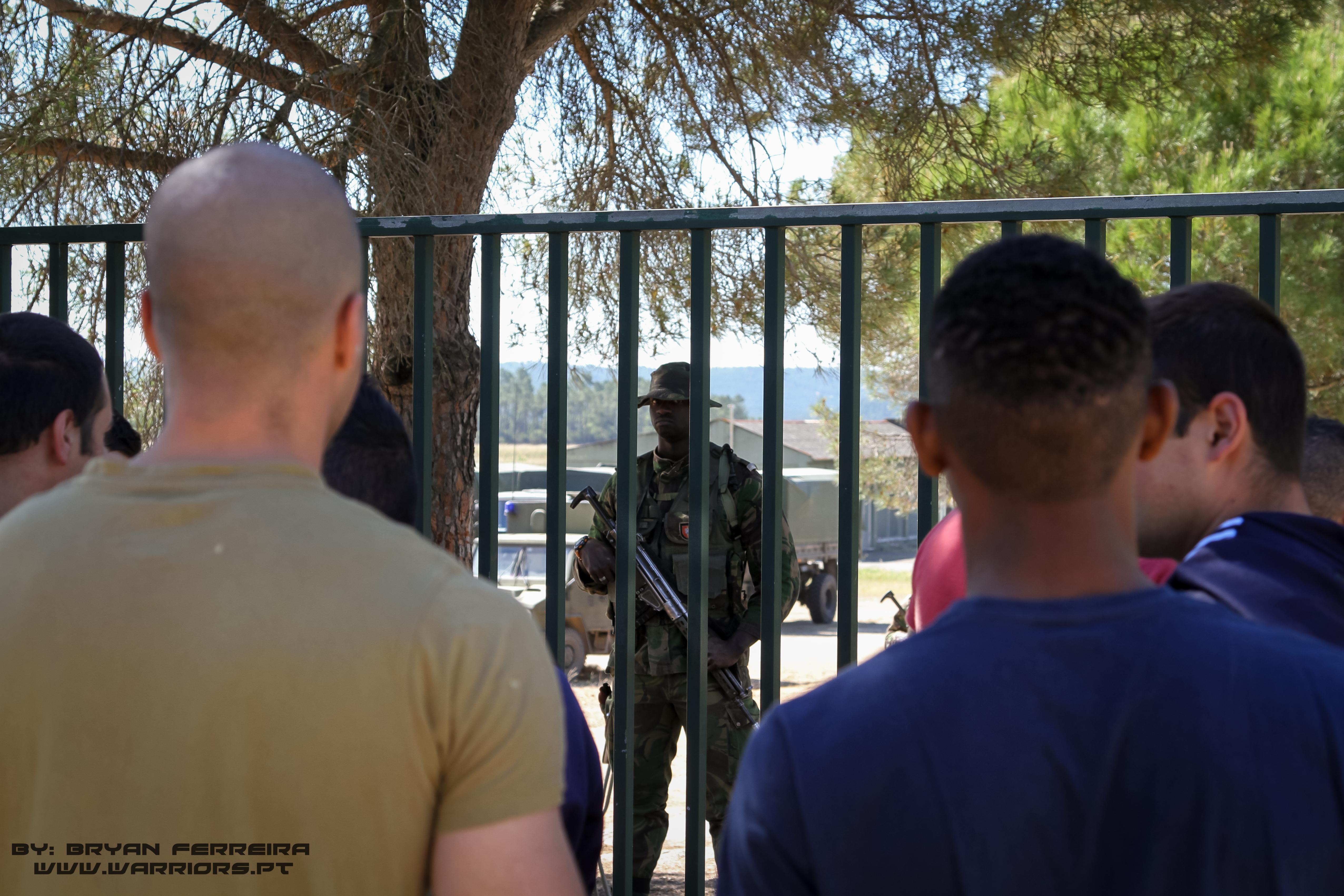 Comando Português de guarda a um Portão numa área de evacuação de não combatentes