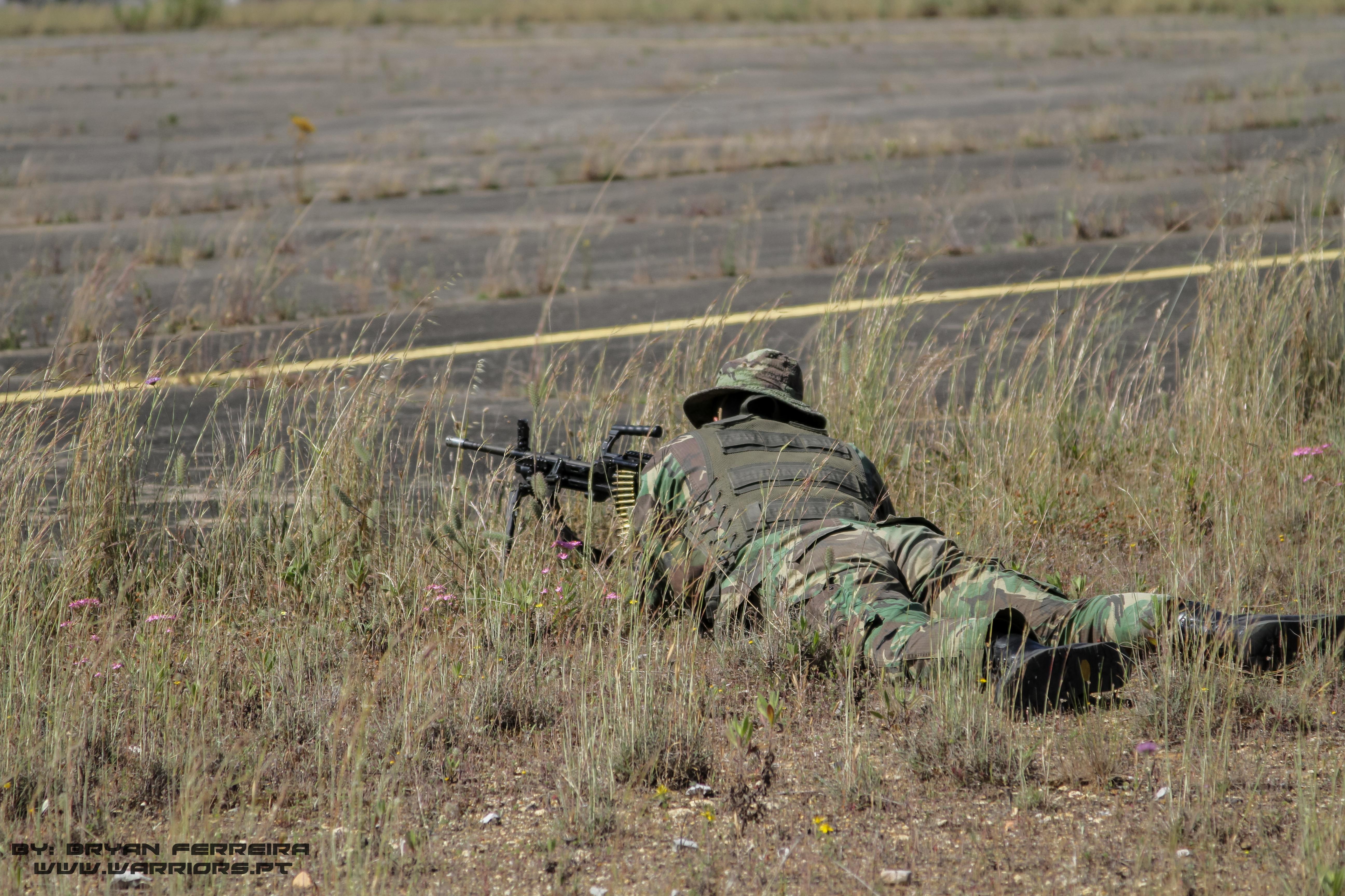 Comando Português protege o seu sector de fogo com uma HK Mg4