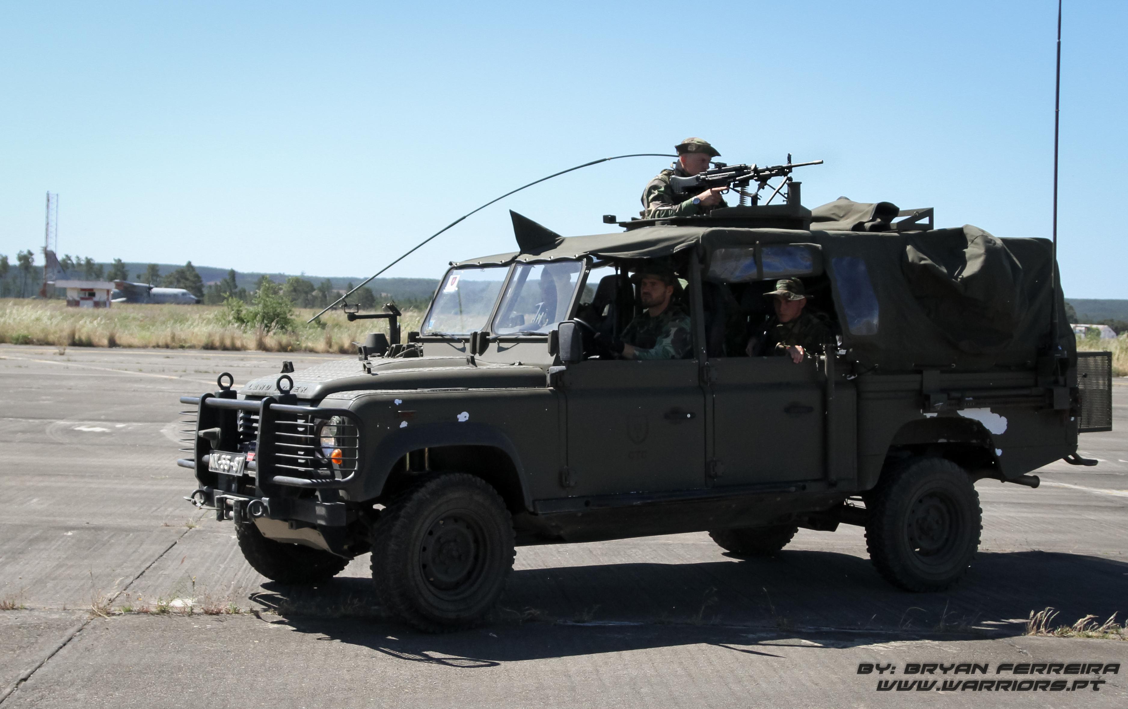 Land Rover Defender dos Comandos Portugueses toma posição com Mg4