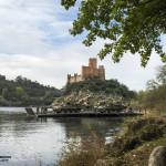 Duas PANDUR 8x8 atravessam o Rio Tejo usando pontes flutoantes Portuguesas. Podemos ver o Castelo de Almourol ao fundo.