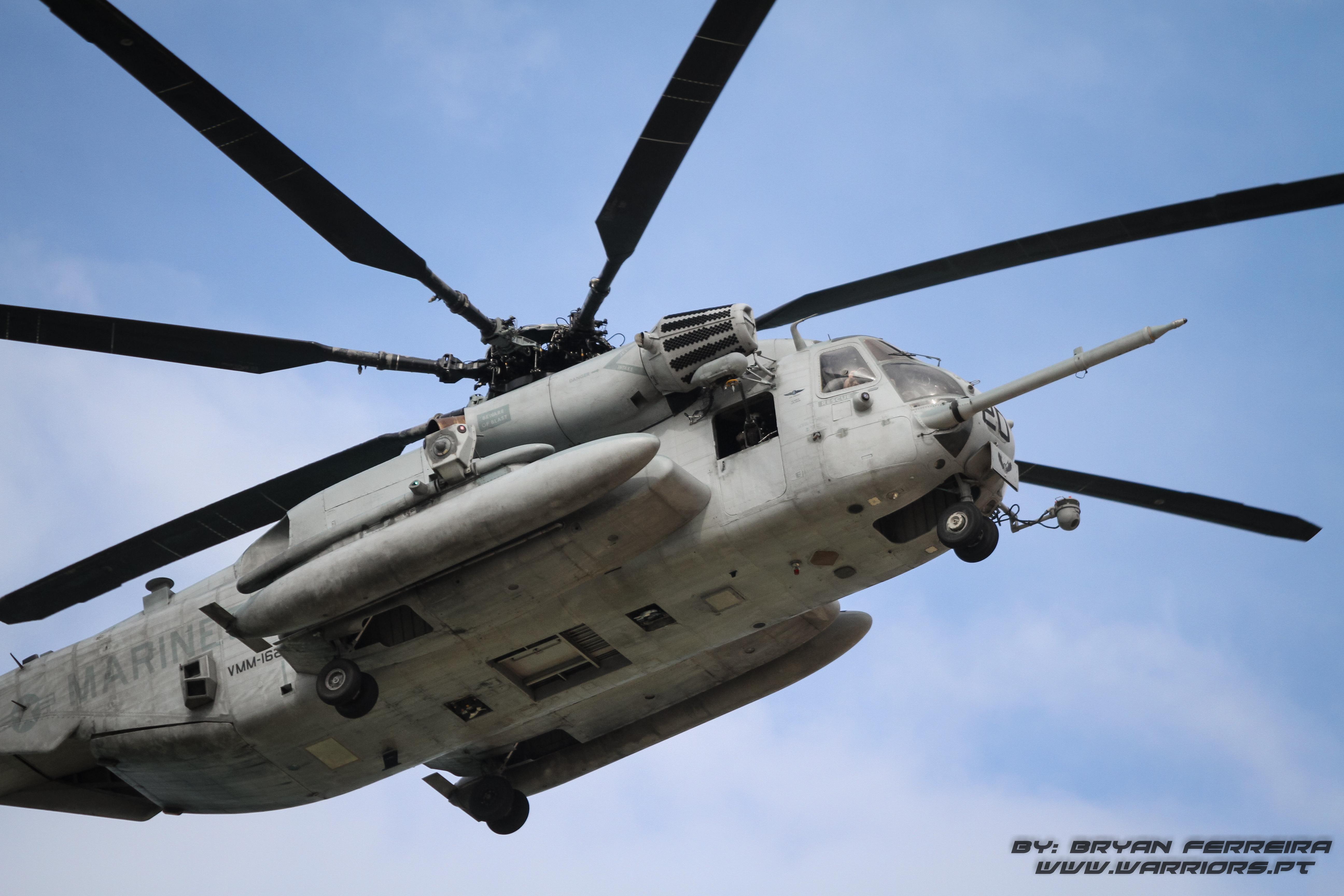 Helicoptero CH53 Super Stallion dos US MArines transporta Fuzileiros Portugueses e US Marines até um objectivo no interior da costa