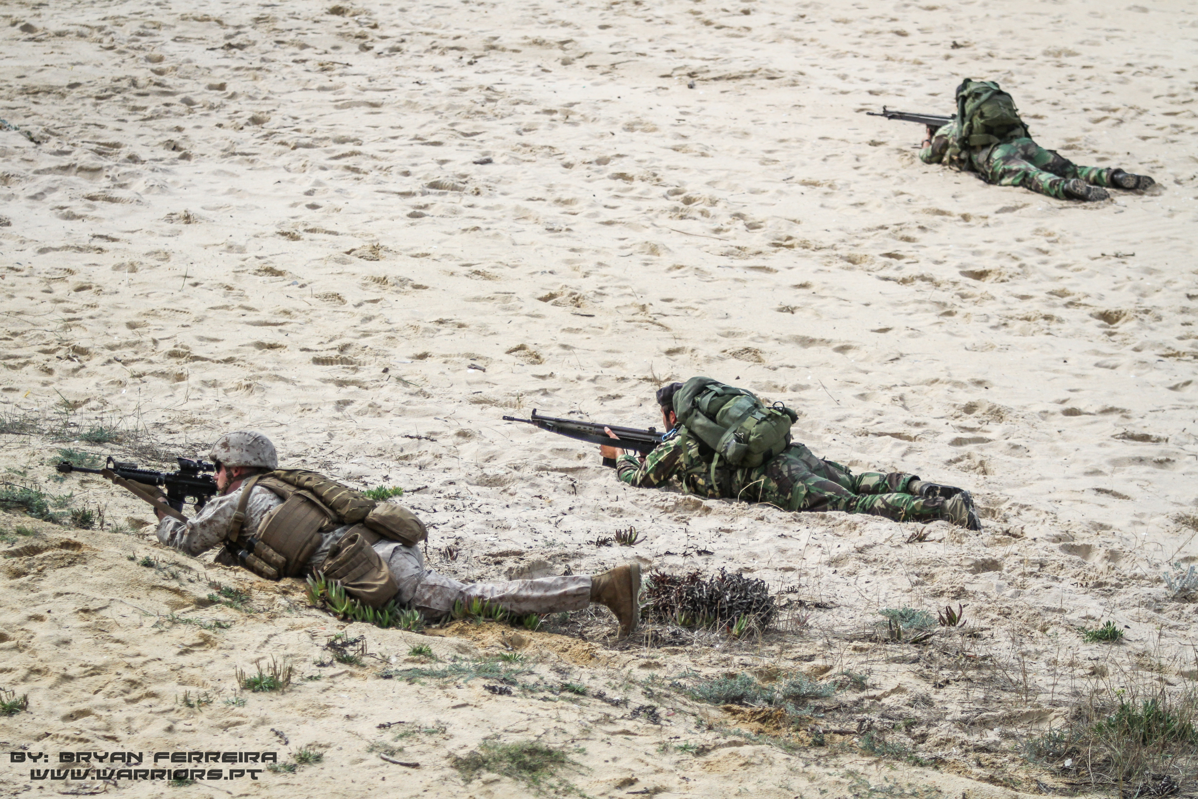 Fuzileiros Portugueses e US MArines formam um perimetro defensivo junto de um LCAC da US Navy