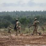 Homens do Regimento Lagunari movimentam-se enquanto um outro suprime as defesas inimigas com uma metralhadora ligeira FN Minimi.