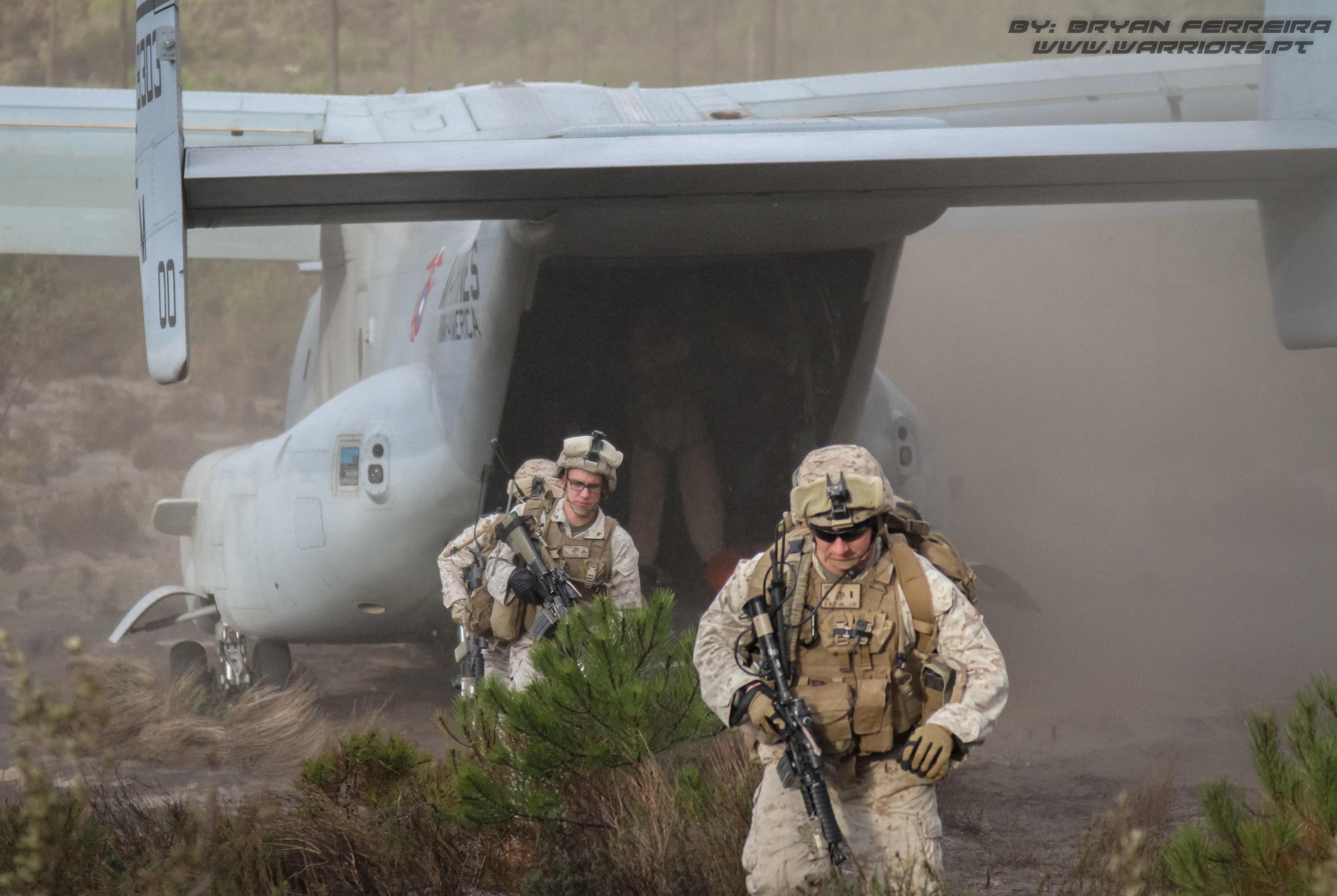US MArines desembarcam de um MV-22 Osprey