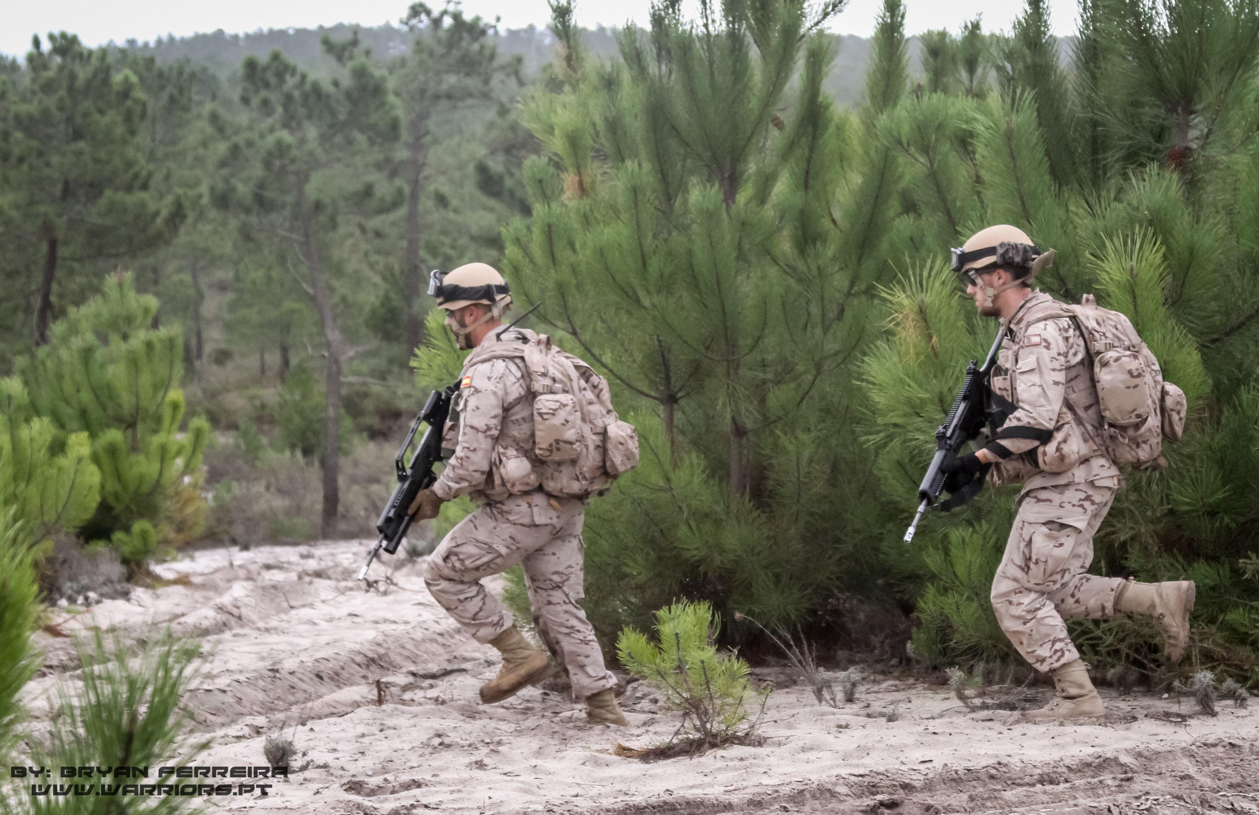 Infantaria da Marinha Espanhola armada com HK G36 movimenta-se para um objectivo