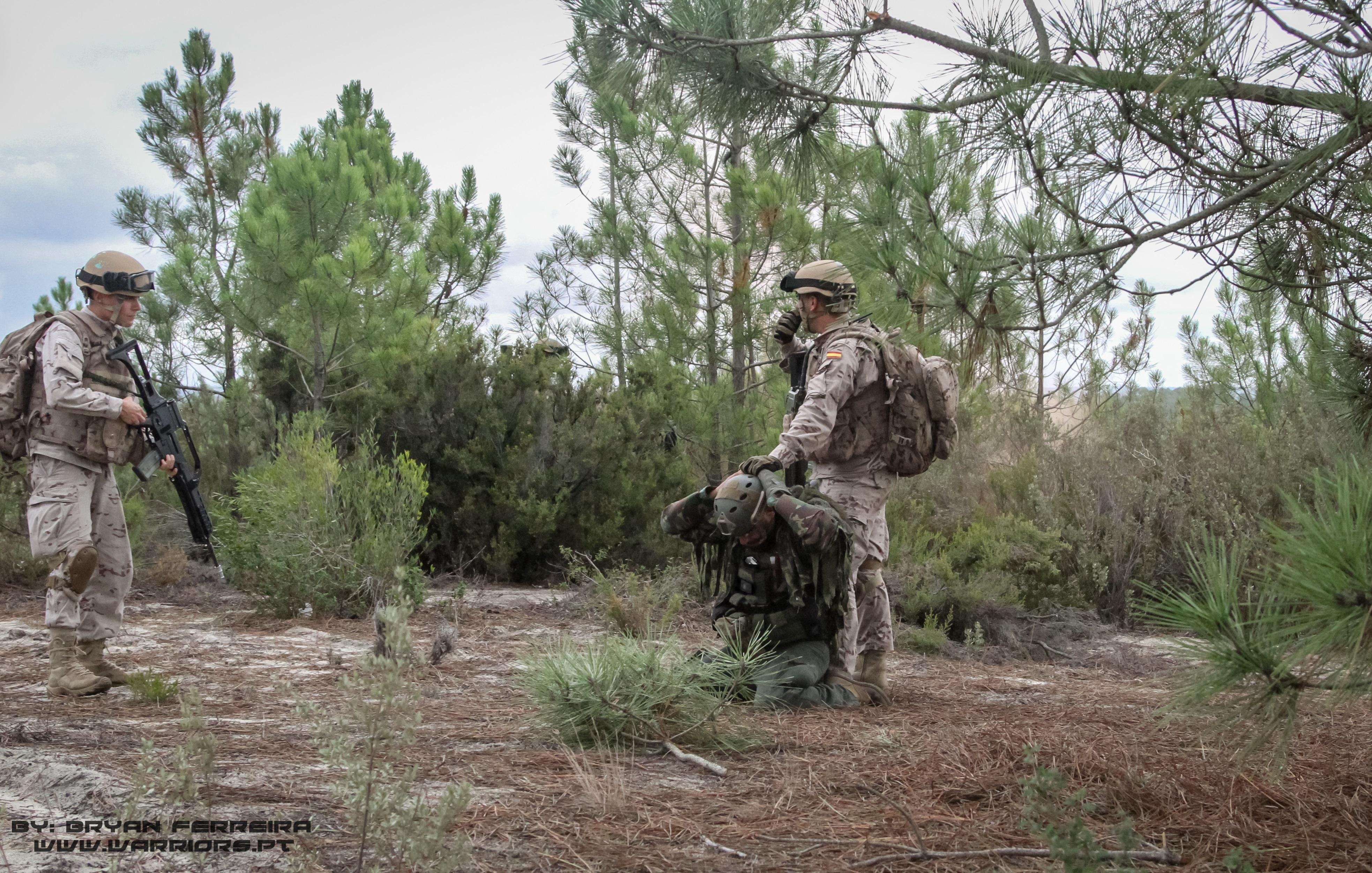 Após tomarem um objectivo, a Infantaria da Marinha Espanhola apreende um elemento das Forças de Oposição.
