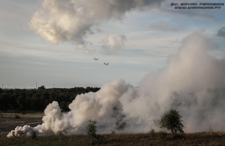 Dois MV-22 Osprey dos US MArines aproximam-se da zona de aterragem que já foi marcada por fumo