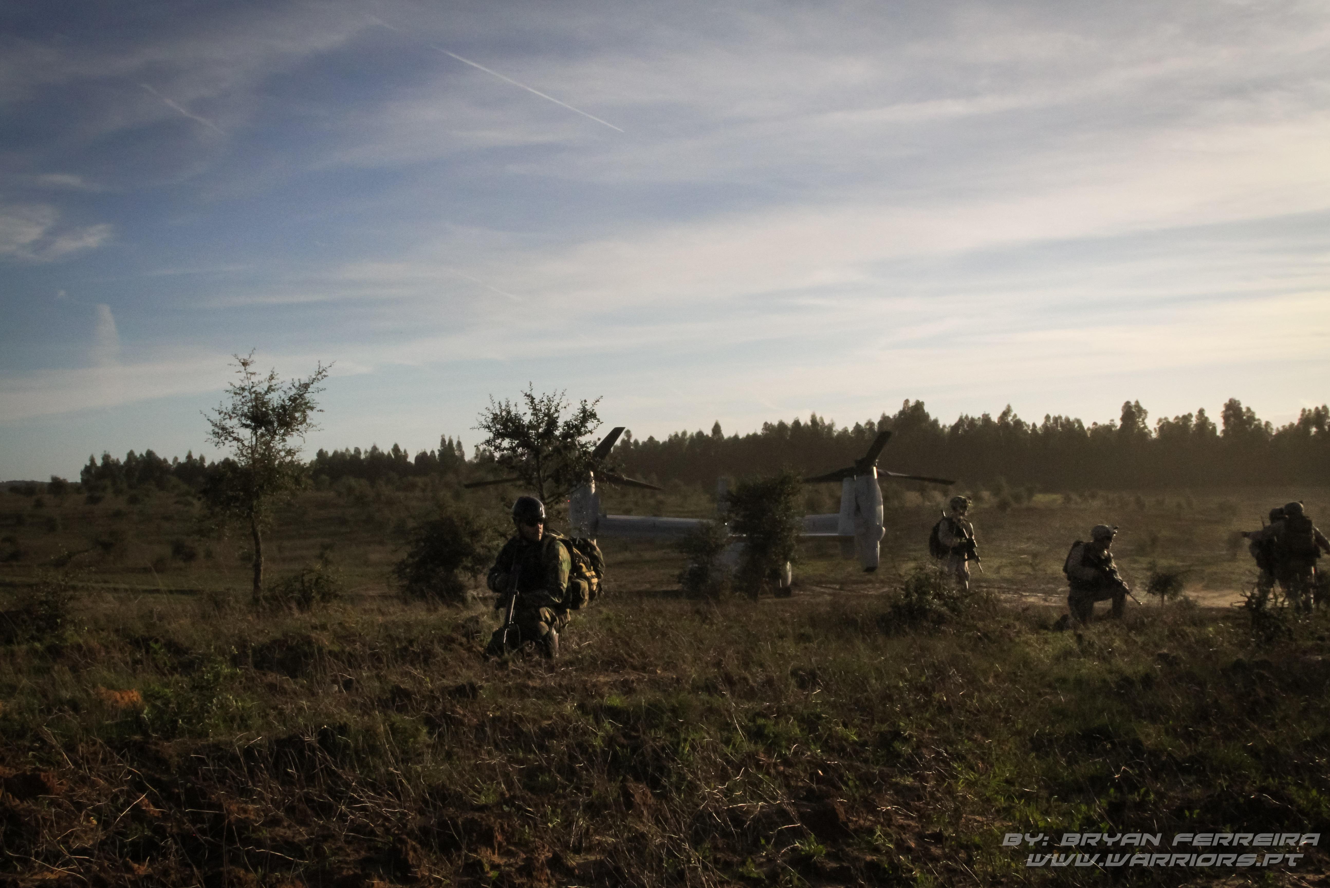 Fuzileiros Portugueses formam um perímetro de segurança à volta de um MV22.