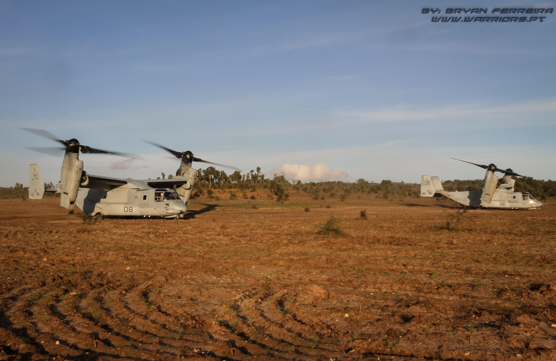 Dois MV-22 Osprey dos US Marines preparam-se para descolar após recolherem Portugueses, Americanos e Espanhois