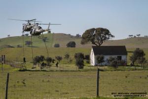 Destacamento Ações Especiais assalta posição inimiga após fast rope de Helicopteros AS550 Dinamarqueses