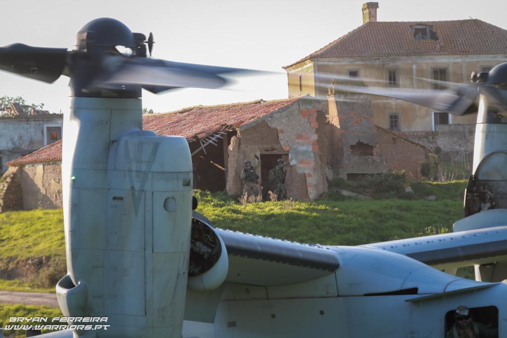 FAC/JTAC do TACP - Tactical Air Control Party da Força Aéra Portuguesa comunica com V22 dos US Marines após inserção de Fuzileiros Portugueses