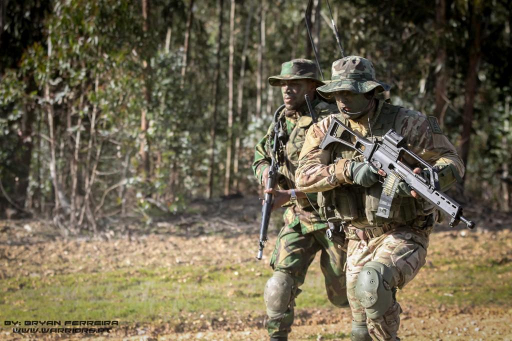 FAC/JTAC do TACP - Tactical Air Control Party da Força Aéra Portuguesa movimenta-se integrada numa comapanhia de Comandos durante o assalto a uma posição