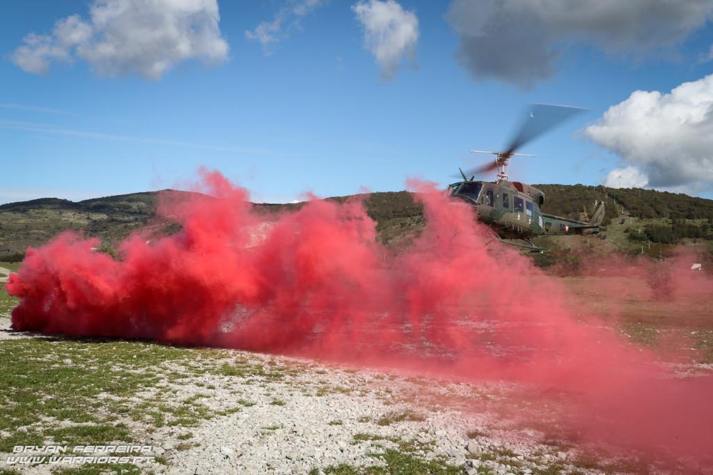 Elementos do 2º Batalhão de Paraquedistas lançam fumo de modo a serem recolhidos por um Bell 212 Austriaco após uma missão