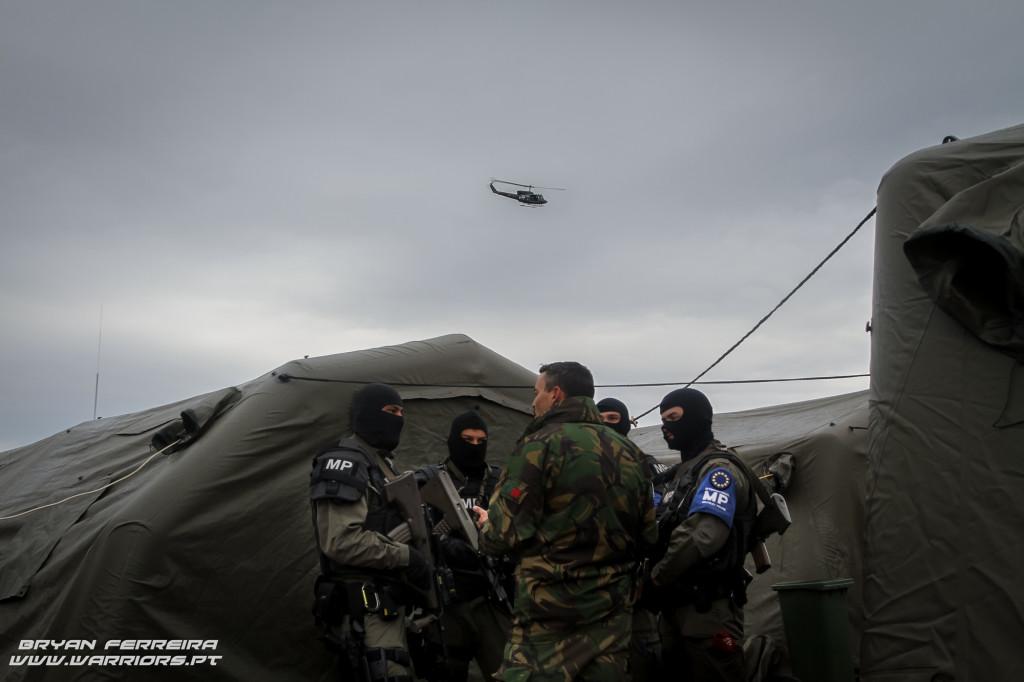 A International Military Police recebe ordens do Comandante de Companhia Português