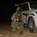 Elemento da Força de Operações Especiais (Army SOF) Portuguesa mantém-se atento a qualquer ameaça. Esta armado com a espingarda de assalto HK416 e equipado com modernos equipamentos de combate nocturno.