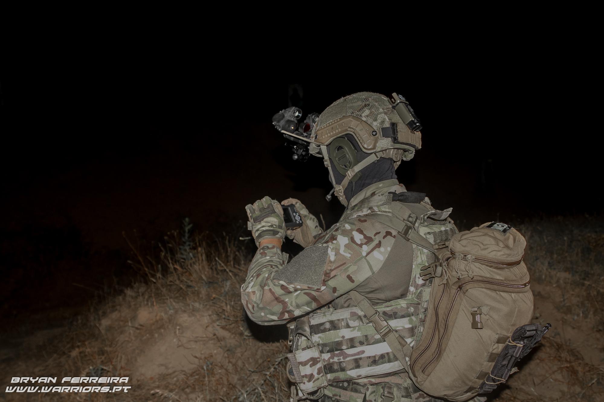 O elemento socorrista da Força de Operações Especiais (Army SOF) Portuguesa tira fotografias para usar como meio de prova.