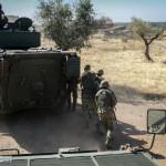 Infantaria da Brigada de Intervenção desloca-se, numa Área Urbanizada, sob a proteção de uma Pandur IFV, de modo a limpar quaisquer ameaças às viaturas pesadas.