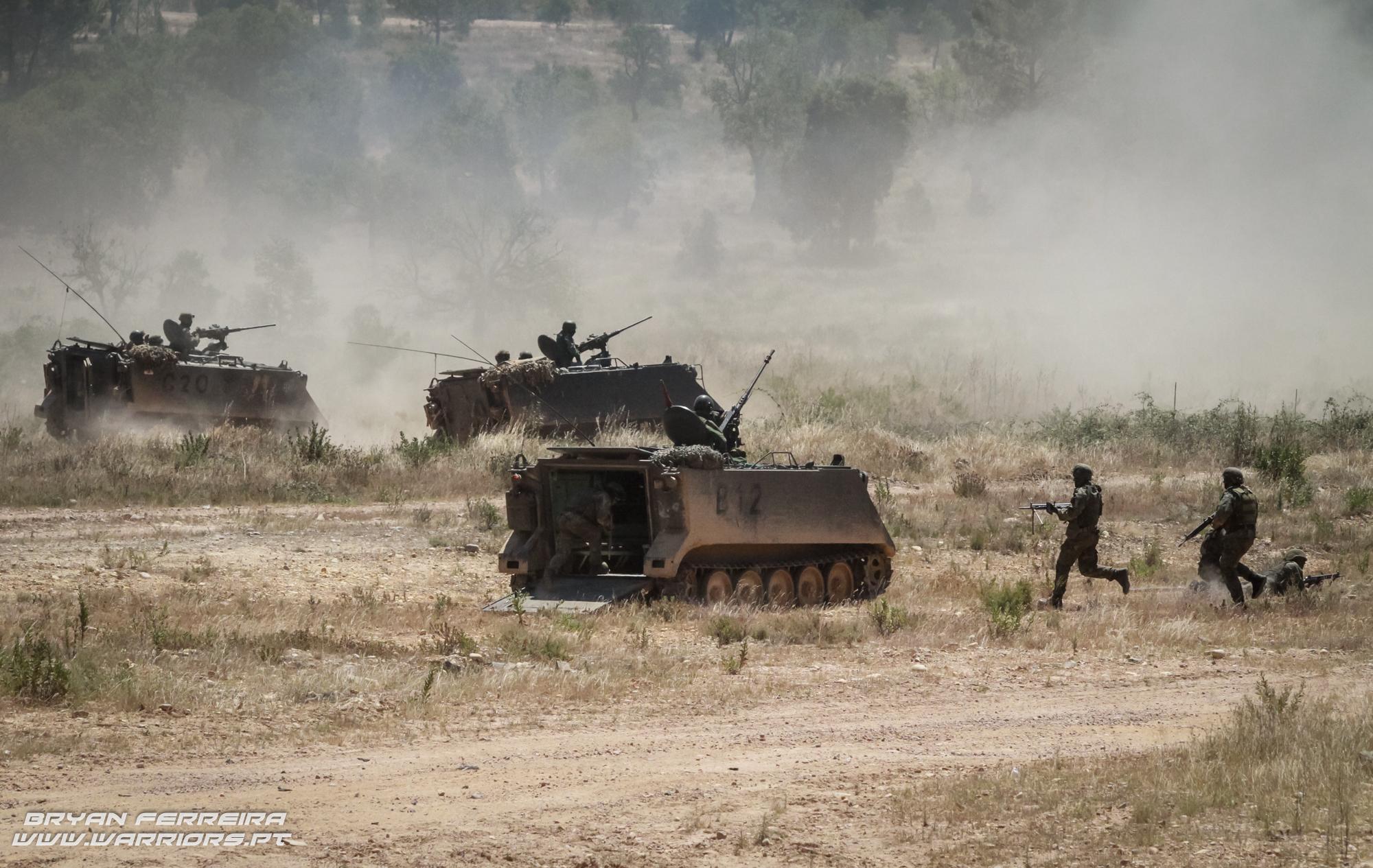 Infantaria do Batalhão Infantaria Mecanizada (BiMec) usa a cobertura e apoio dos M113 de modo a limpar quaisquer ameaças às viaturas mais pesadas.