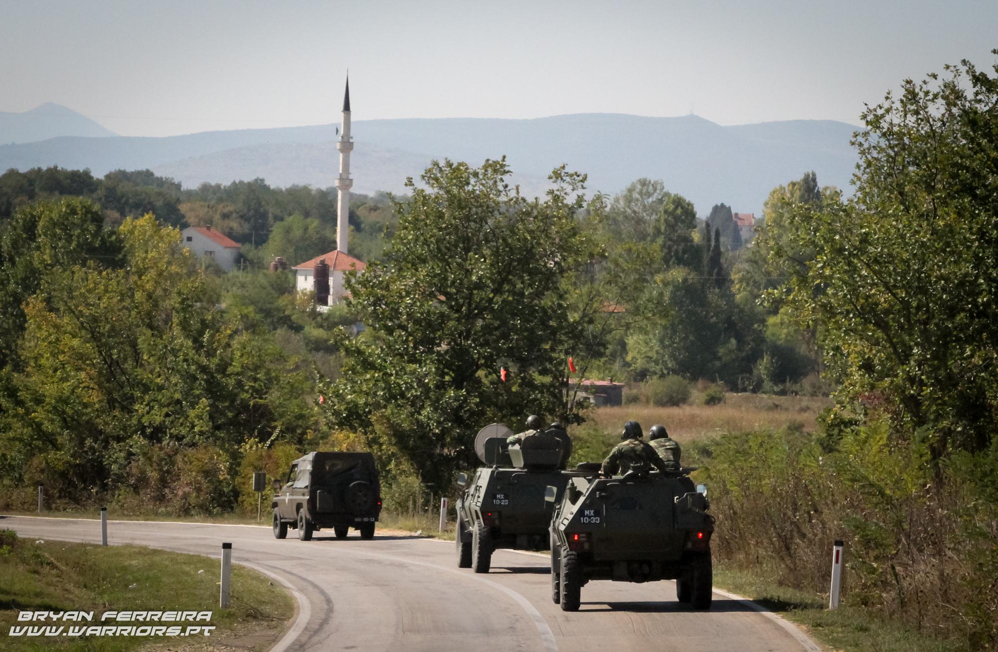 Uma coluna de viaturas da KTM (Kosovo Tactical Manouver Battalion), comandada pelo 2º Batalhão de Paraquedistas Português, atravessa a Bosnia em direção ao seu objectivo.