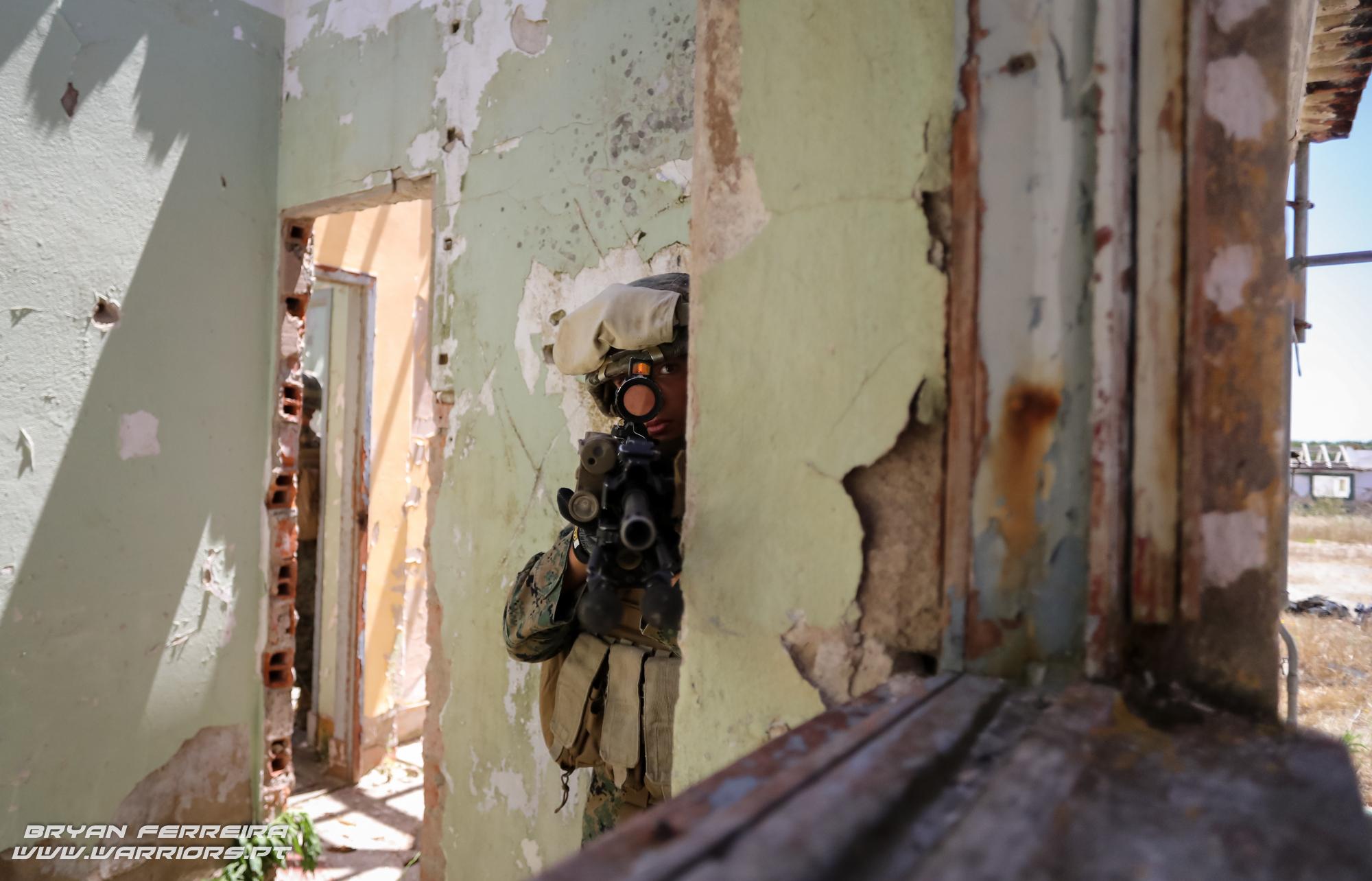 US Marine MAGTF equipado com espingarda de assalto M4 e lança granadas M203