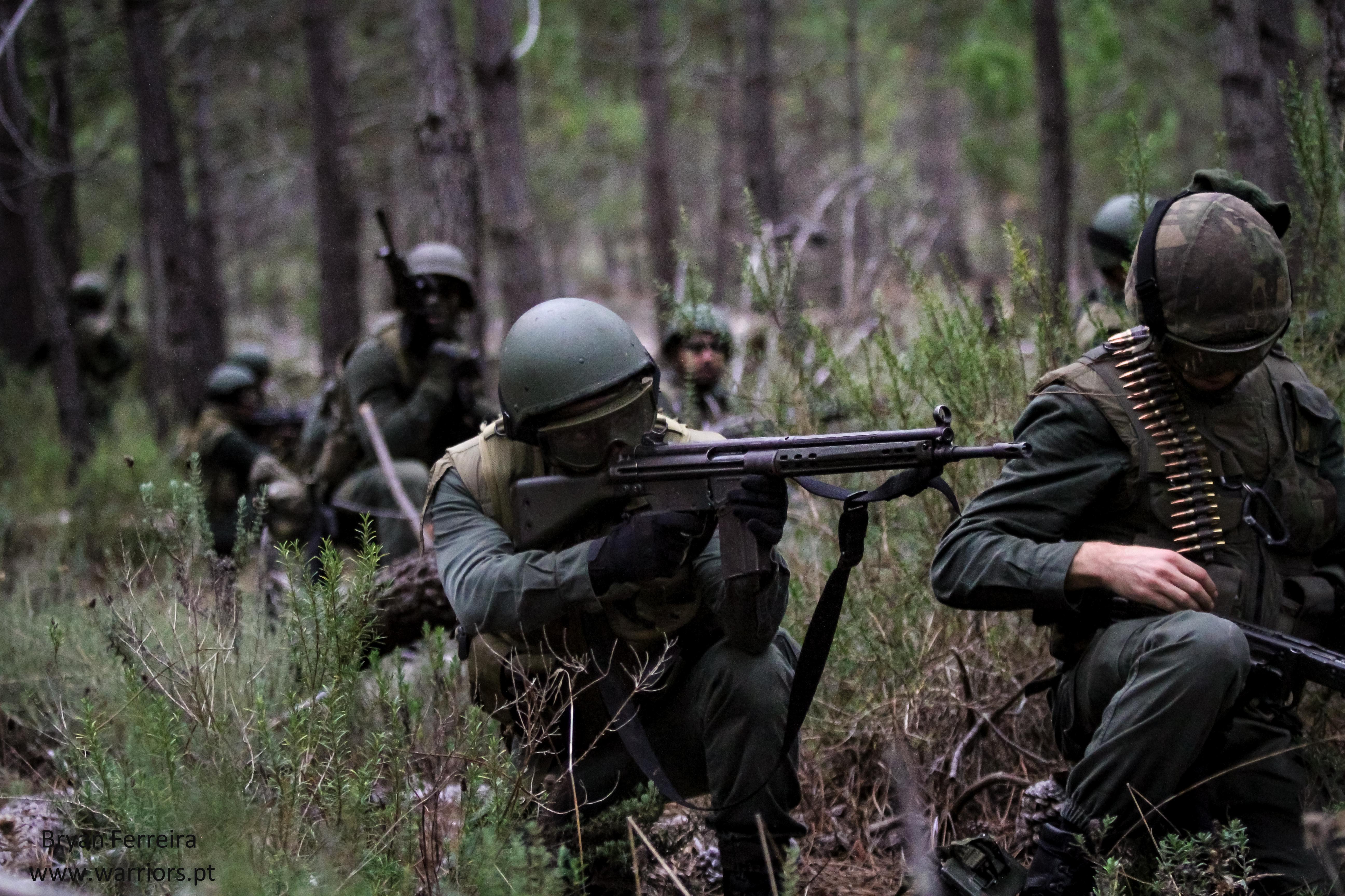 Fuzileiros Portugueses executam manobras de contacto. Estão equipados com espingardas automáticas G3, metralhadoras Mg3 e Lança-Granadas HK79