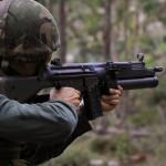Granadeiro dos Fuzileiros Portugueses usa a sua espingarda automática G3 equipada com lança granadas HK79.