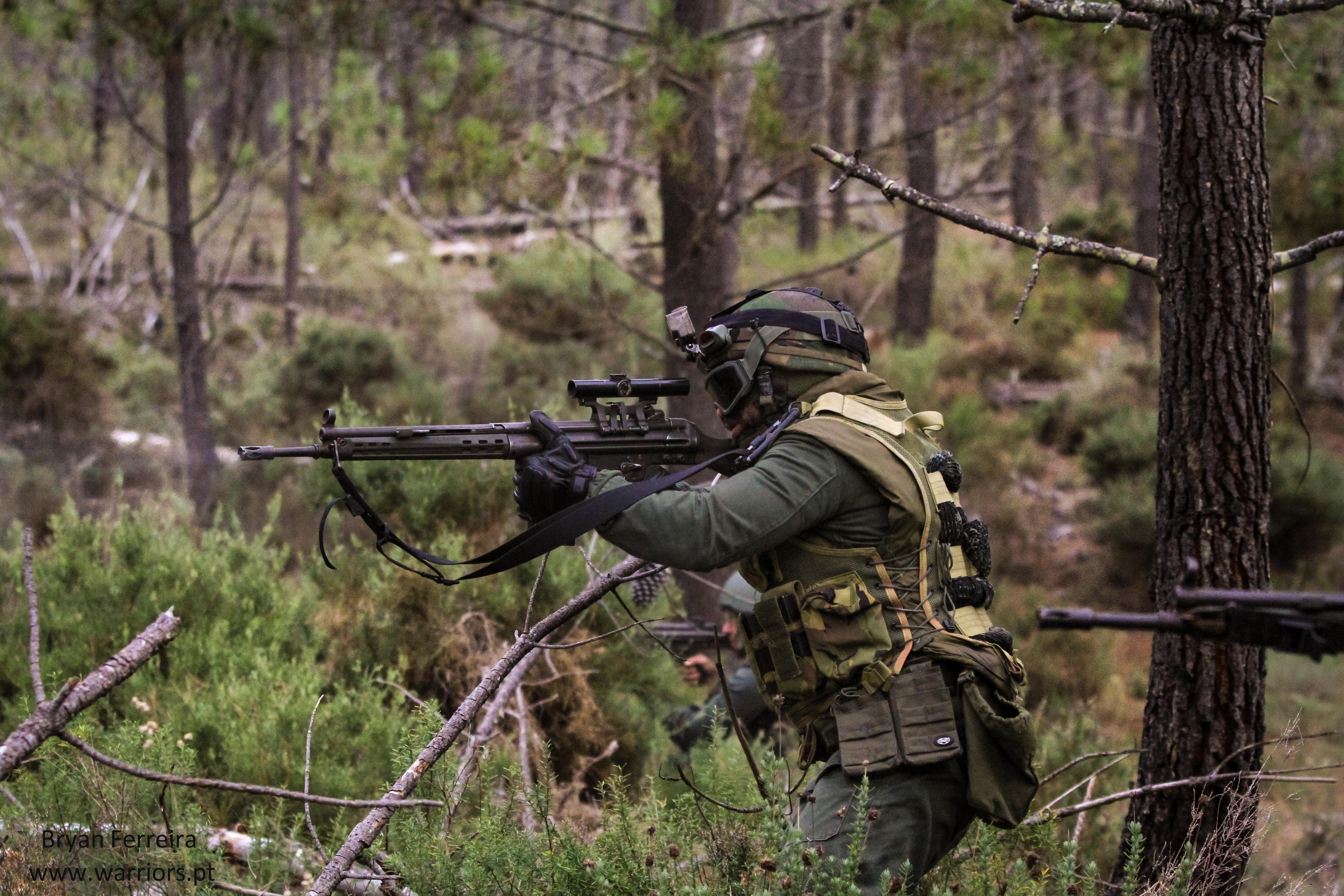 Atirador Designado dos Fuzileiros Portugueses usa a sua espingarda automática G3 equipada com mira Hensolt