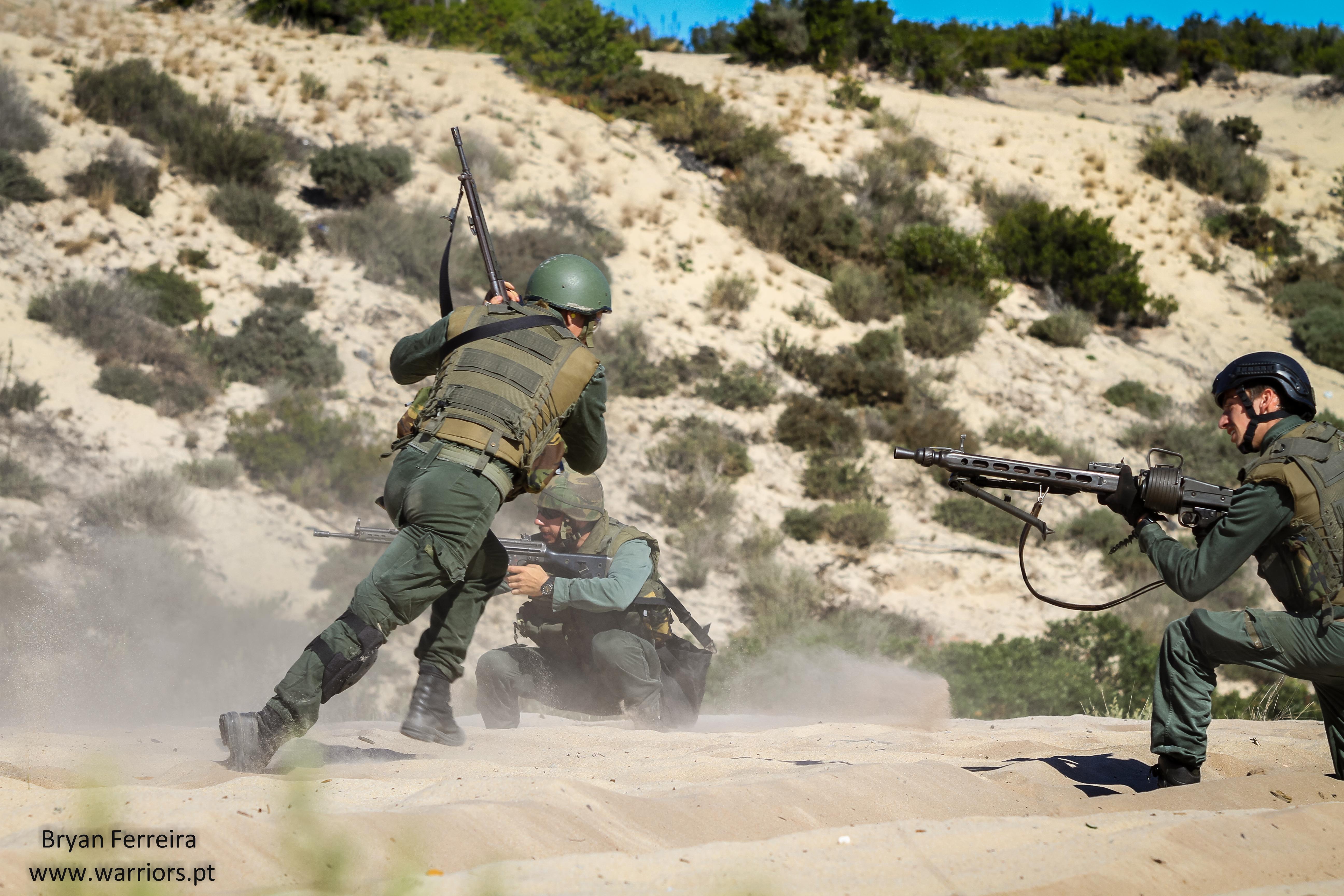 Fuzileiros Portugueses executam uma manobra de center peel. Manobra esta muito importante em espaços/àreas confinados