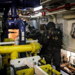 Elementos do GAT tomam posições na casa das máquinas de um navio suspeito, estão armados com a espingarda de assalto HK416
