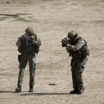 Dois elementos da Força de Operações Especiais disparam a espingarda de assalto HK416