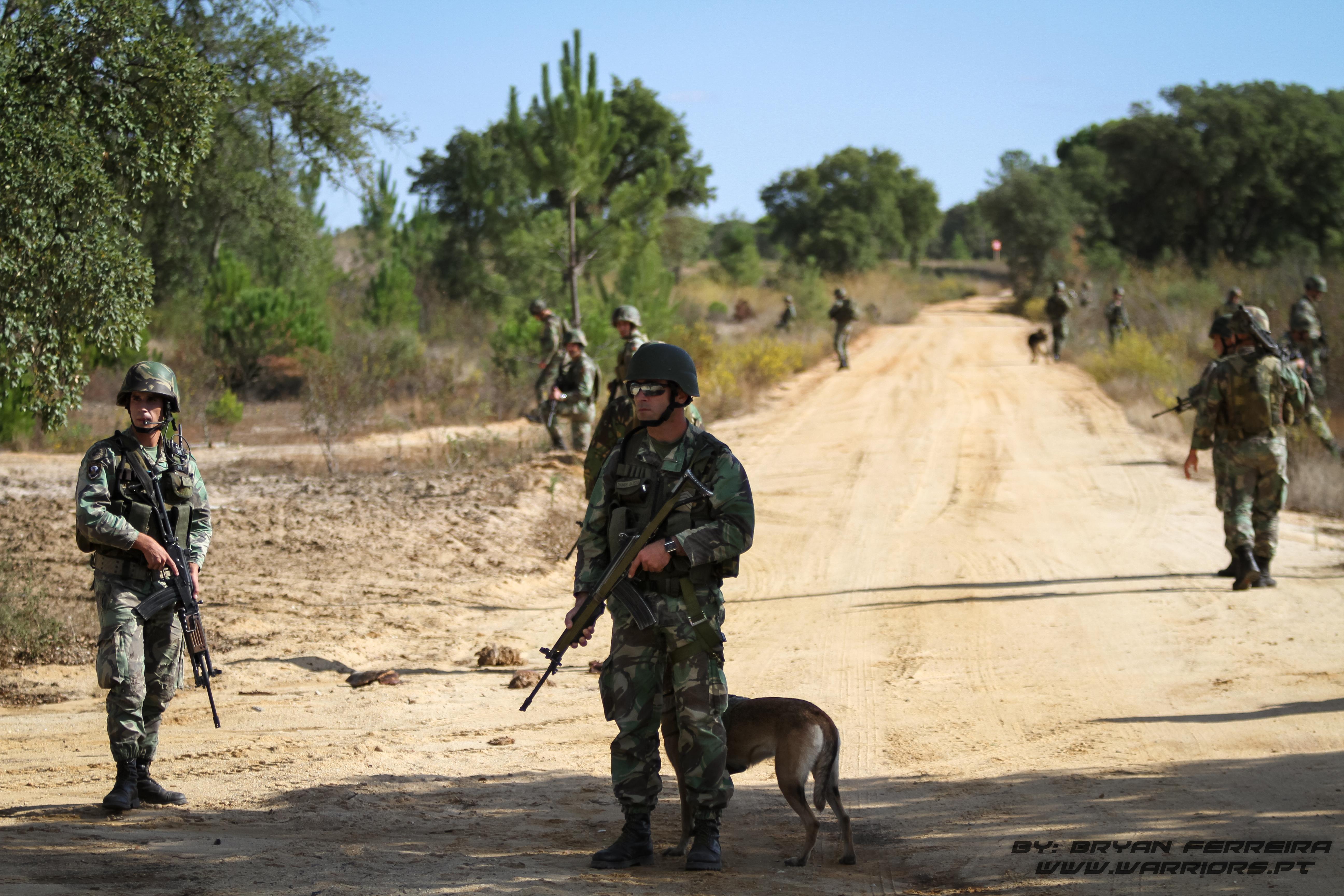 Paraquedistas 2º Batalhão Português em Patrulha, estão armadas da Espingarda de Assalto Galil e contam com o apoio de um Pastor Belga da Secção de Cães de Guerra Paraquedistas