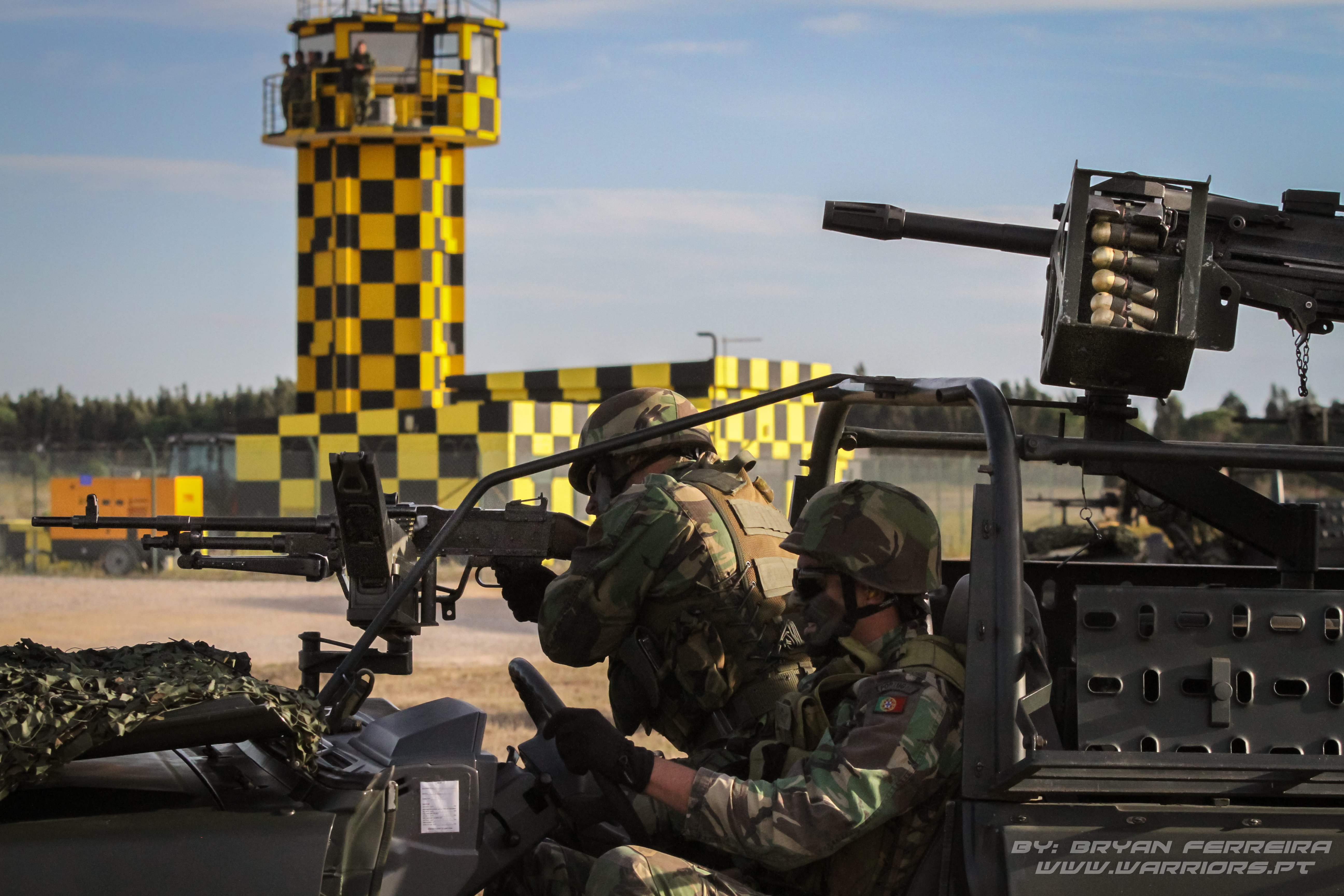 Land Cruiser da Companhia de comando e apoio do 2ª Batalhão de Paraquedistas disparam FN MAG e MK19. BIPARA