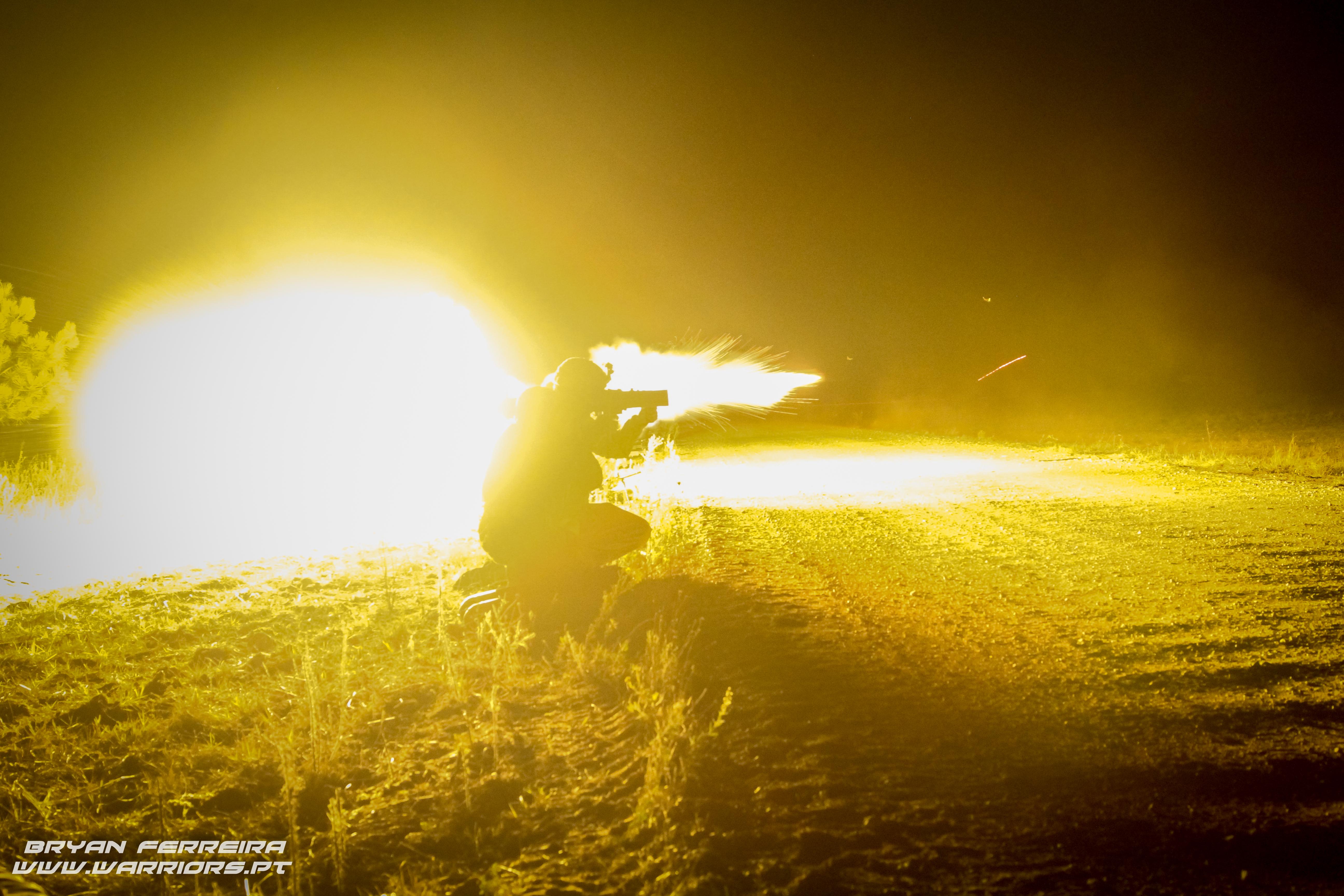 Paraquedistas Portugueses executam tiro nocturno com canhão sem recuo de 84mm ( Carl Gustav)