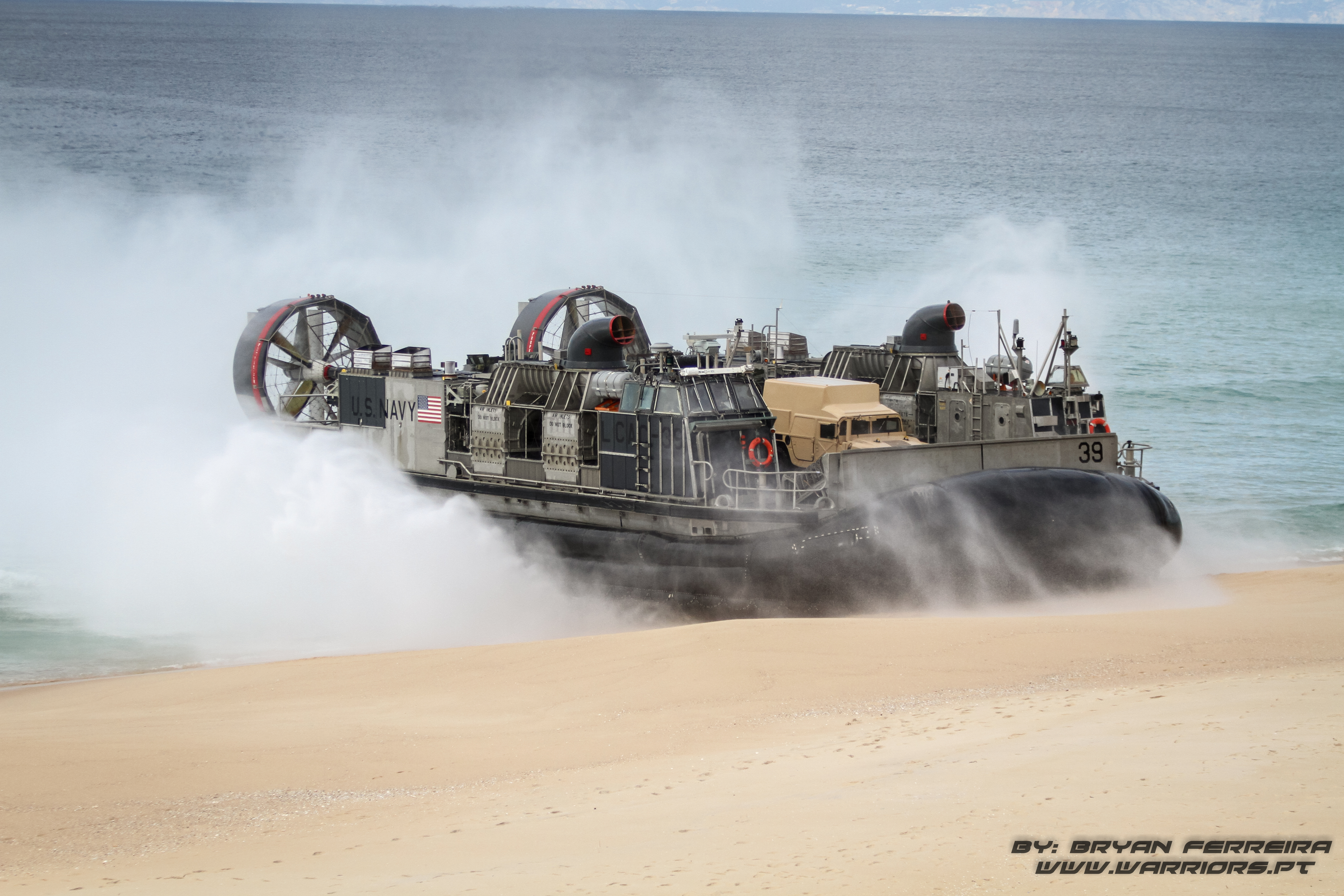 LCAC da US Navy acosta à praia de modo a desembarcar HMMWV e LAV25 dos US MArines na praia