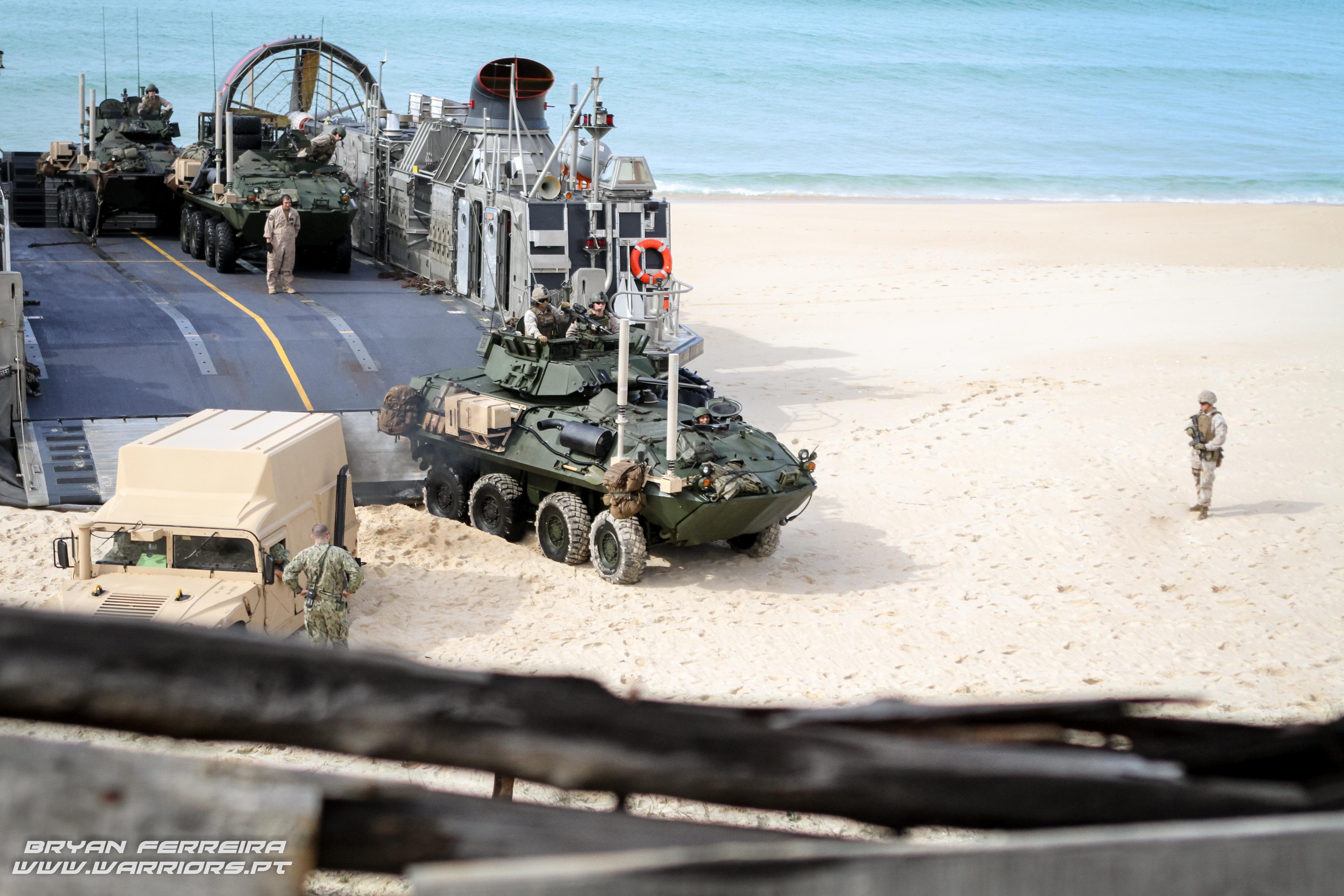 LCAC desembarca HMMWV e LAV25 dos US MArines na praia