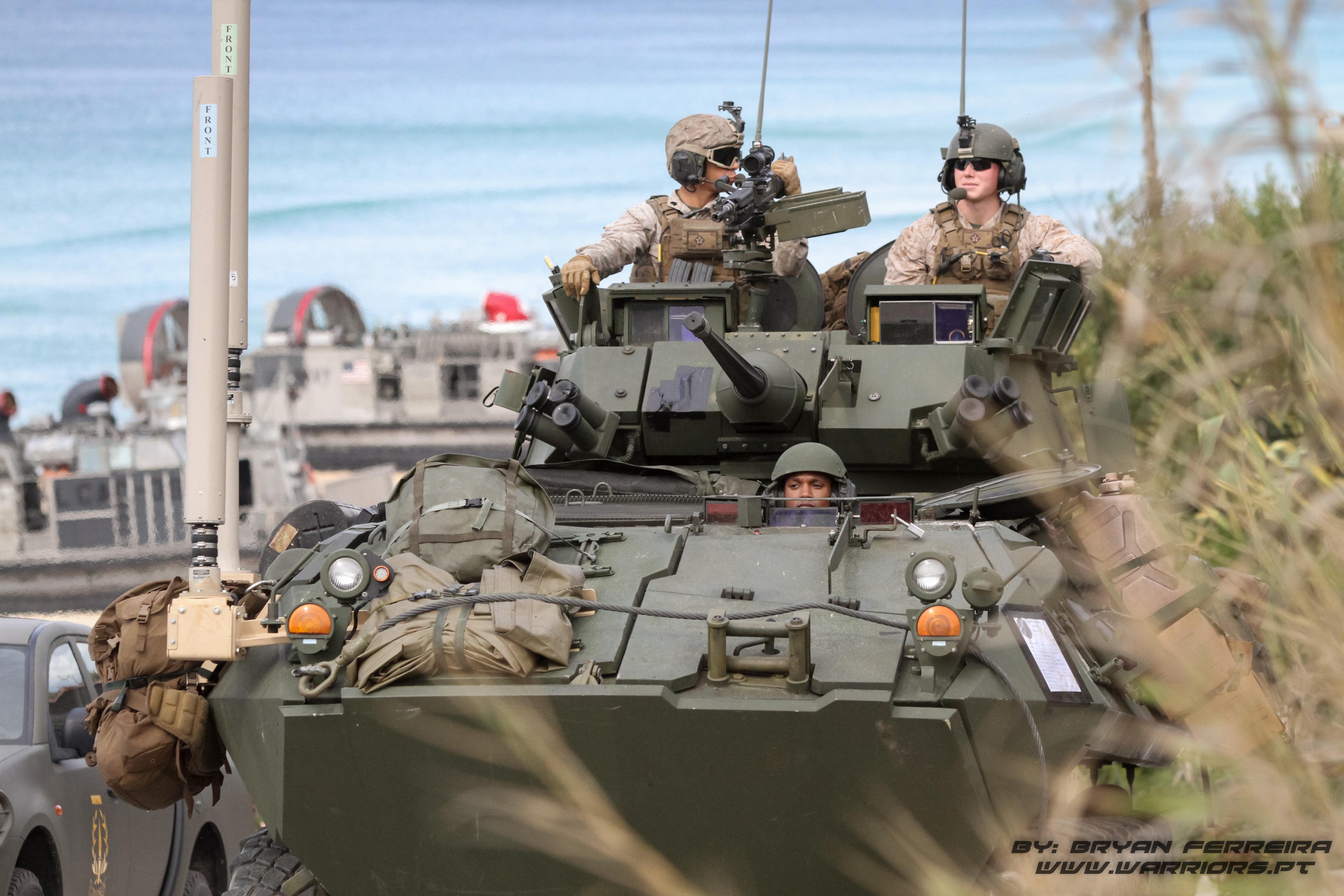 LAV25 dos US MArines avança para o interior de modo a reforçar a força que foi projectada através de Helicoptero