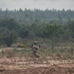 Soldado do Regimento Lagunari faz fogo de supressão com uma metralhadora ligeira Minimi